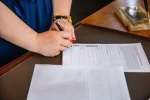 Kvinde underskriver pantebrev
